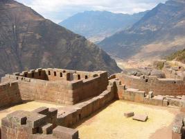 1280px-Sun_Temple_at_Pisac,_Peru